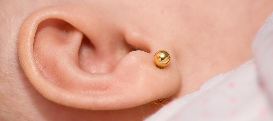 Perforación lóbulo de la oreja con pendientes hipoalergénicos
